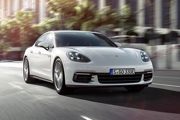 På biludstillingen i Paris præsenterer Porsche den fjerde model i Panamera-familien: Panamera 4 E-Hybrid med reguleret firehjulstræk og en elektrisk rækkevidde på 50 km.