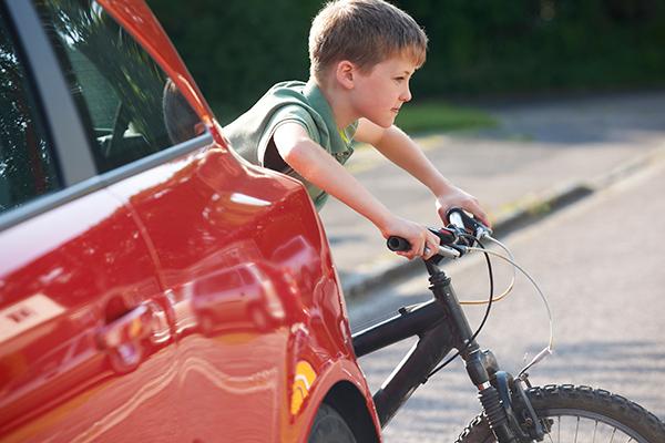 Ny undersøgelse viser, at både bilister og cyklister bryder færdselsreglerne ved skoler. Træn ruten til og fra skole med nye skoleelever.