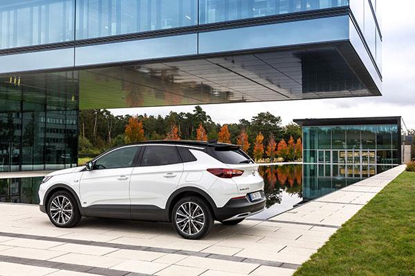 Opel Grandland X passer godt ind i danskernes ønske om en højt sidende og sikker bil med plads til hele familien. Nu kan det blive din for under 300.000 kroner