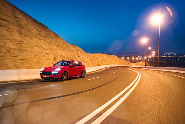 TEST: Med sofistikeret køredynamik ud over det sædvanlige, sætter Porsche Cayenne GTS nye standarder i markedet for sportslige luksus-SUV'er.