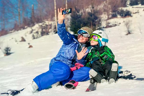 I vinterferieugerne pakker mange danskere skitøjet og tager nordpå eller mod alperne for at nyde en uge i sneen. Og mobilen er naturligvis med i inderlommen.