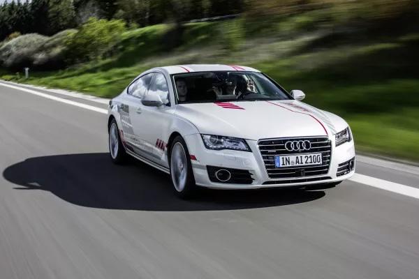 """Audi videreudvikler hele tiden mærkets selvkørende testbiler. """"Jack"""", som er det interne kælenavn til testbilen med al teknikken, """"Audi A7 piloted driving concept"""", kører nu endnu mere naturligt."""