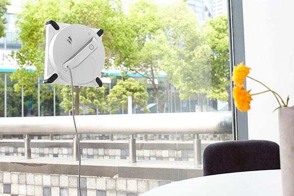 En kærkommen nyhed indenfor robotter er landet. Winbot 950 fra Ecovacs er en vinduesvaskerrobot, som vasker dine vinduer helt selv. Det er så nemt, at du blot sætter den til at køre på vinduet - så klarer den resten. En nyudviklet teknologi som spås store muligheder de kommende år.