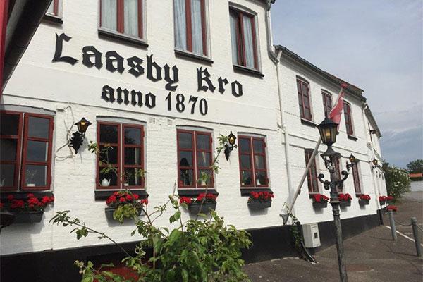 Den klassiske landevejskro, Låsby Kro, er trådt ind i Small Danish Hotels. Dermed sætter hotelkæden endnu en brik på hotelkortet i Østjylland.