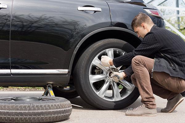 Hver anden bilist piller selv vinterdækkene af bilen og sætter sommerdæk på. Er du en af dem, så få her gode råd til hvordan du gør.