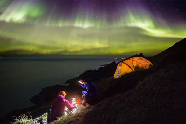 Nord-Norge er på grund af sin geografiske placering lige under nordlysovalen et af de bedste steder i verden at opleve det magiske nordlys. Det afspejles i antallet af udenlandske overnatninger, der er steget med 378 pct., siden man begyndte at markedsføre det unikke naturfænomen for ti år siden. Mange vælger at kombinere en såkaldt nordlyssafari med hvalsafari og hyggelig byferie.