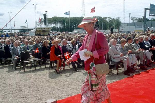 14. juni 1998 ankom dronning Margrethe til et spritnyt betalingsanlæg i Korsør og 'klippede' snoren til Storebæltsbroen. I sin tale kaldte majestæten byggeriet af forbindelsen for 'godt kram' og om aftenen kunne de første biler køre over forbindelsen. Dagen efter - kl. 1.00 - lagde den sidste færge til kaj i Korsør.