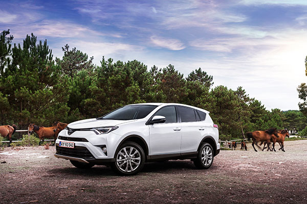 Markant lavere priser på især hybridbiler kombineret med Danmarks mest attraktive billån ifølge Forbrugerrådet er budskaber, der her efter sommerferien har bidraget til nogle ekstra succesfulde måneder for Toyota.