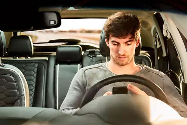 En ny undersøgelse viser, at unge benytter forældrenes bil til at køre for stærkt, bruger mobilen og kører med alkohol i blodet.