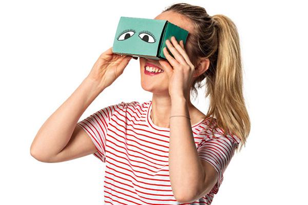 Nu får alle med en smartphone mulighed for at opleve ægte virtual reality (VR). Flying Tiger Copenhagen sender nemlig mandag 1. august verdens måske billigste VR-brille på gaden. I Tigerbutikkerne koster brillerne en tier, på nettet koster tilsvarende briller typisk omkring en hund.