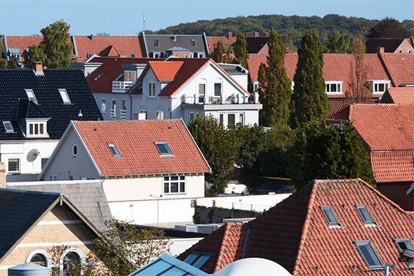 Prisstigningerne på ejerlejligheder har længe trukket fra prisstigningerne på villaer og rækkehuse, men i 2018 er forskellen blevet markant mindre. Det viser en ny analyse, som Spar Nord står bag, og ifølge banken kommer prisudviklingen på de forskellige boligtyper til at nærme sig hinanden yderligere det næste år.