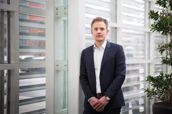 Nordiske Visma køber danske LogBuy, der forhandler og formidler rabatter og fordele for virksomheder og deres ansatte. Koncernen tilbyder lignende løsninger i Norge og Sverige - og med købet af LogBuy indtager Visma nu også det danske marked. Dermed udbygger IT-giganten sin position som leverandør af løsninger til virksomheder i Danmark.